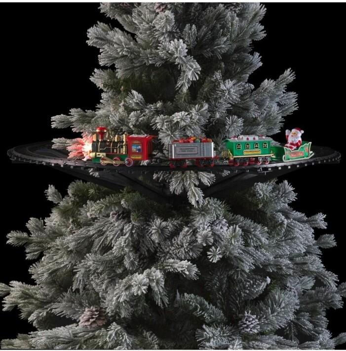 julgranståg som sitter fast i granen