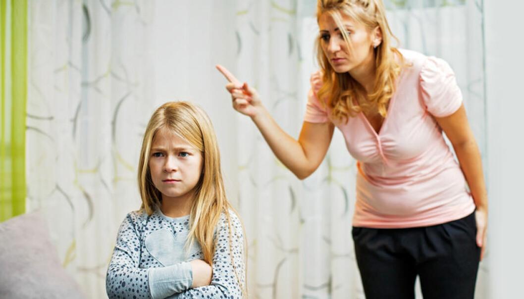 Mamma som skäller på sin dotter