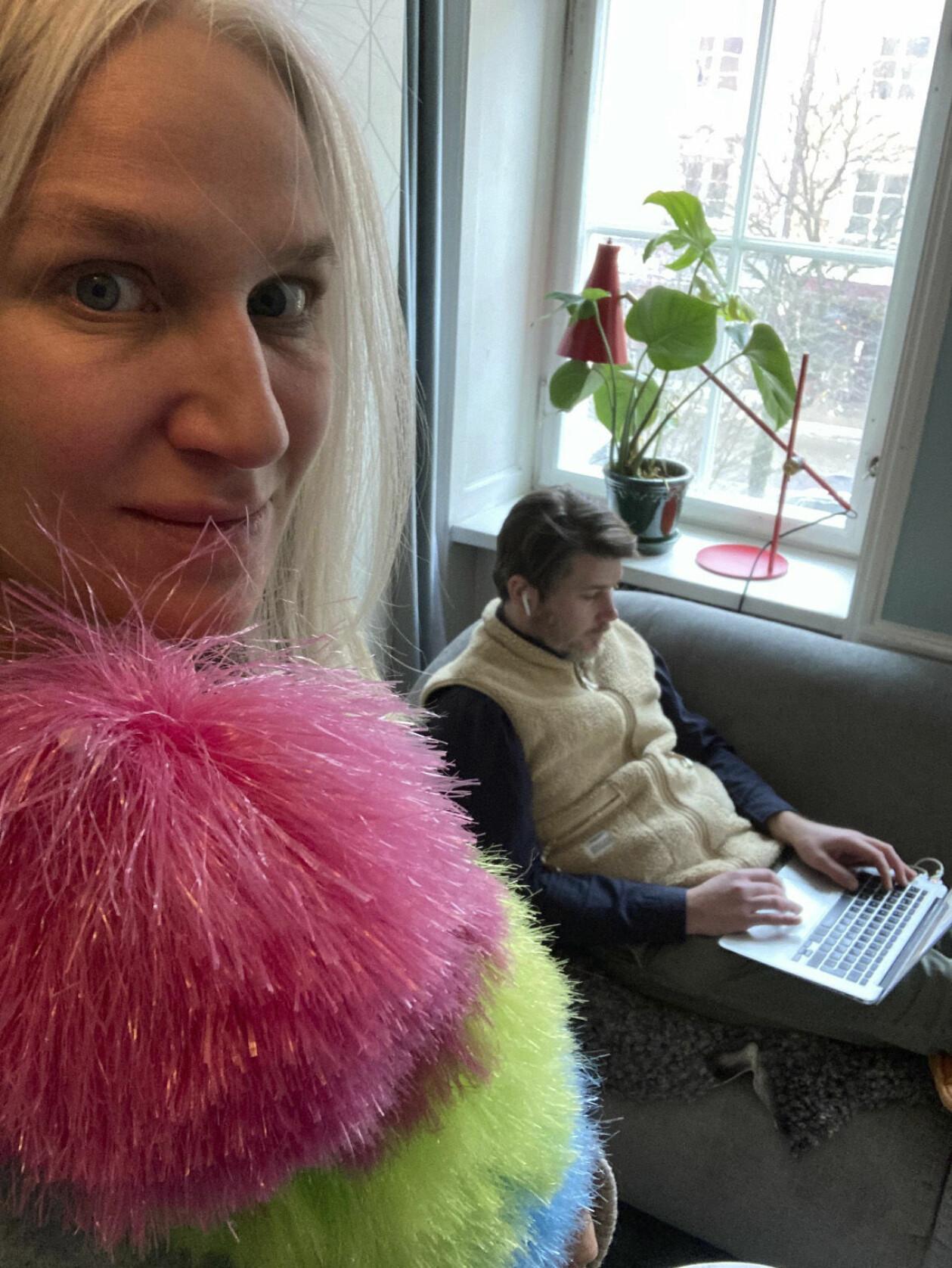 Ann med dammvippan och Mathias med öronsnäckorna framför datorn