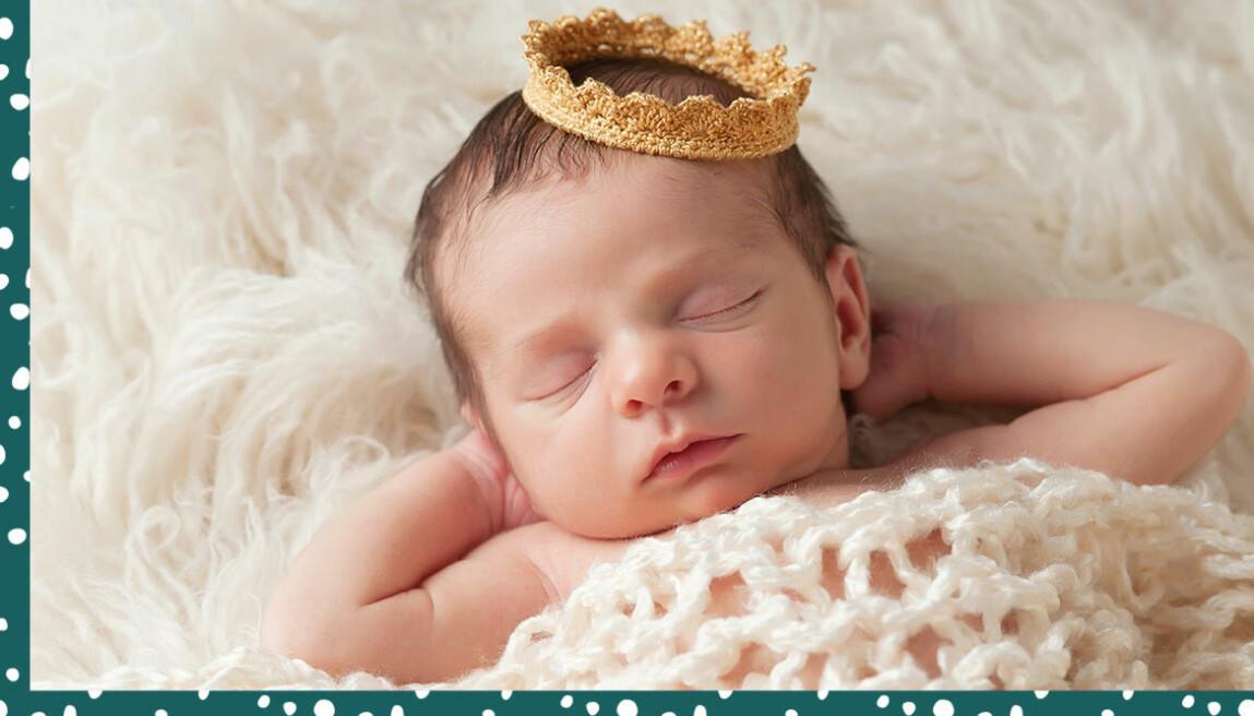 Liten bebis med virkad krona på huvudet.