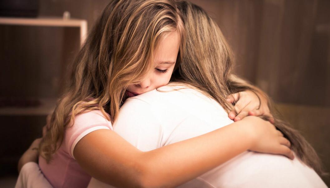 Mamma hjälper barn att hantera oro och rädsla