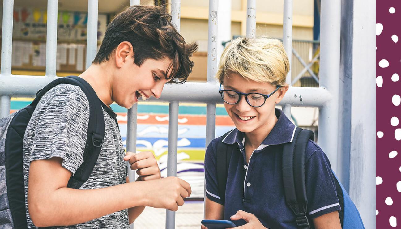 Barn på sociala medier med mobiltelefon