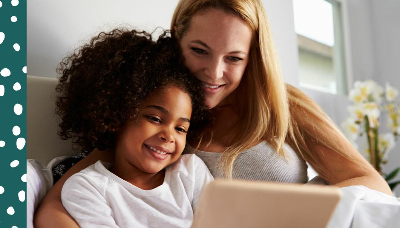 barn och mamma tittar på skärm tillsammans