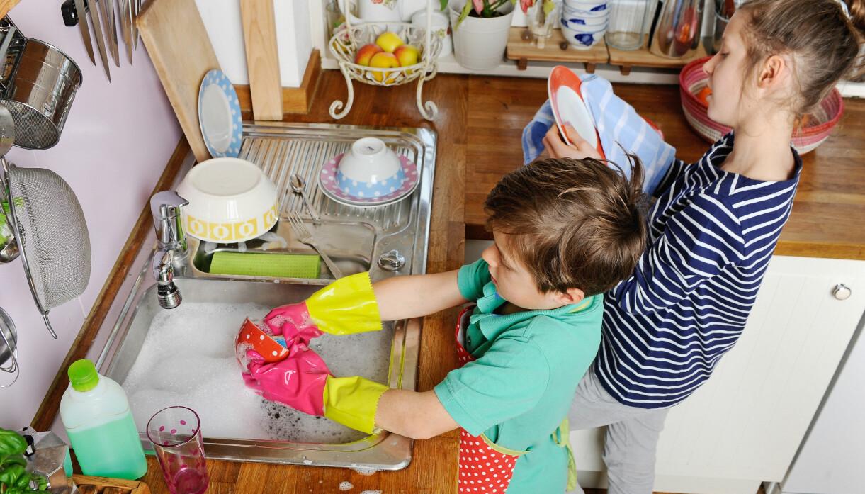 barn som diskar hemma
