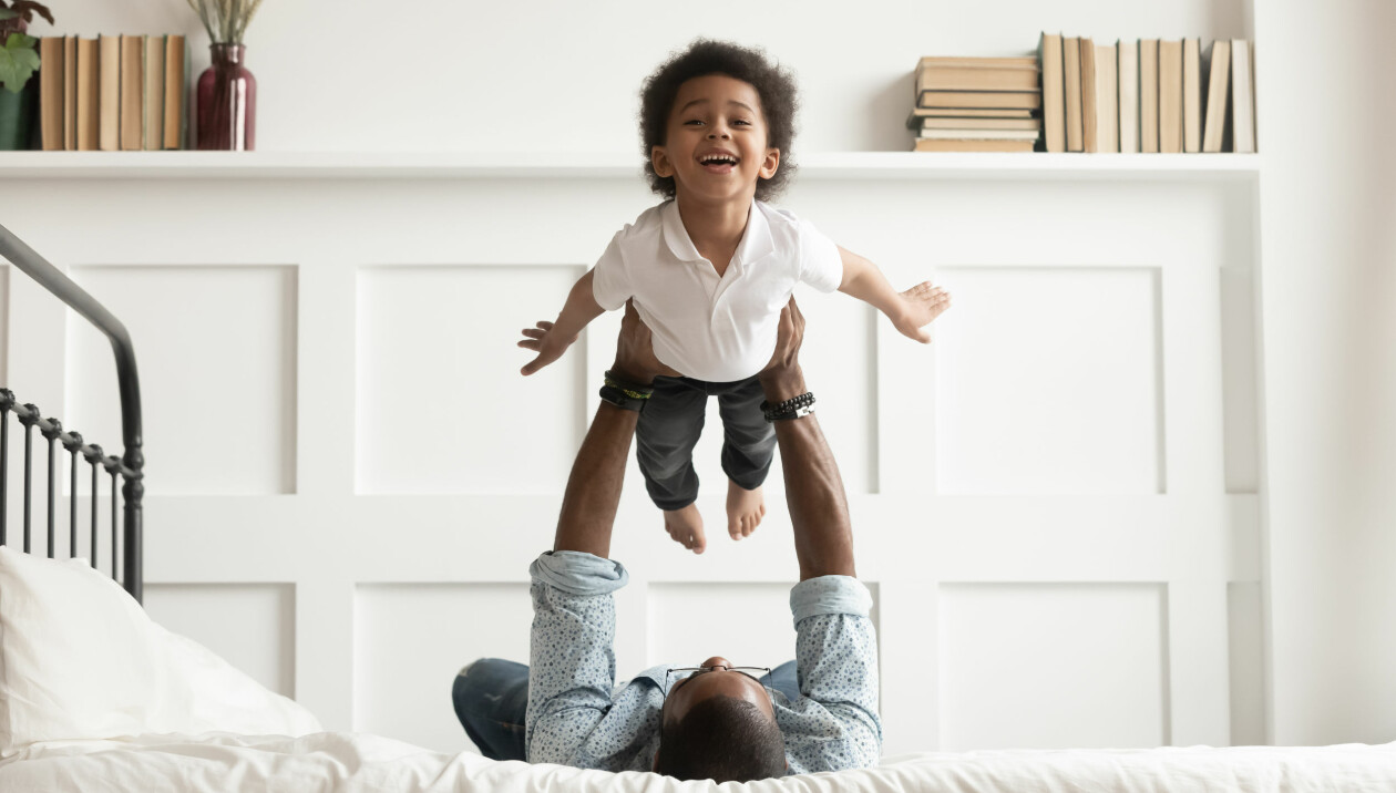 Barn som leker med sin pappa