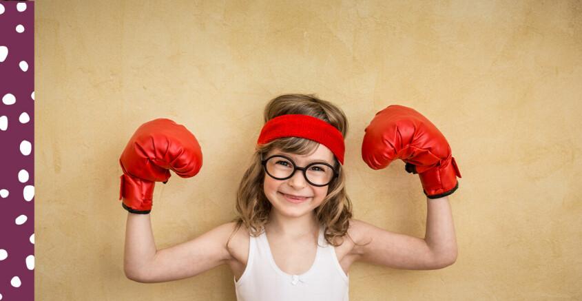 barn som håller upp armarna och är stark