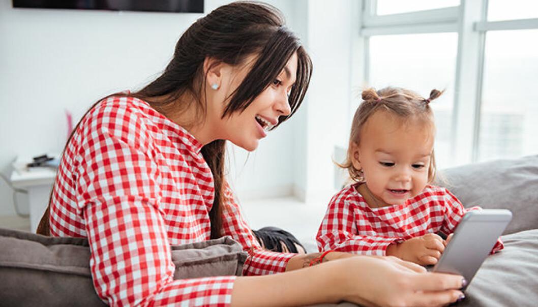 Mamma och barn med smartphone