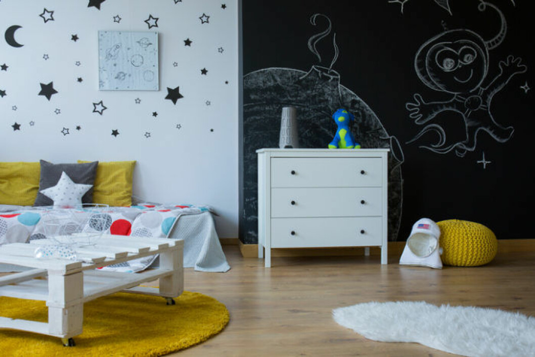 barnrum inredning där man kan rita på väggen