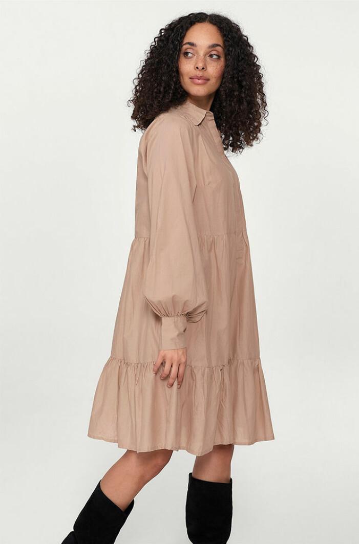 beige vid A-linjeformad klänning
