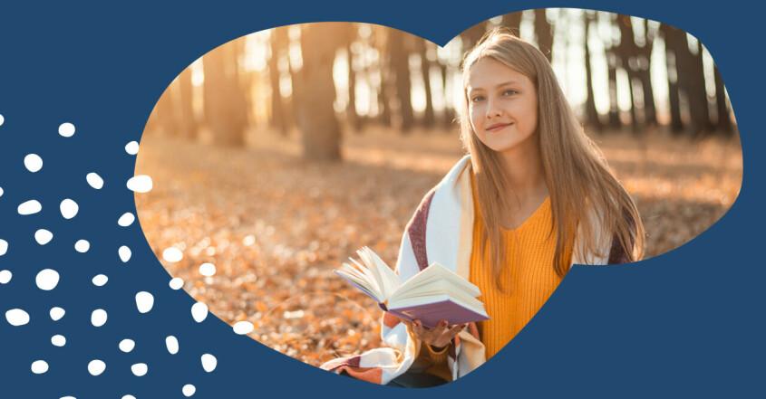 Tonåring som läser en bok