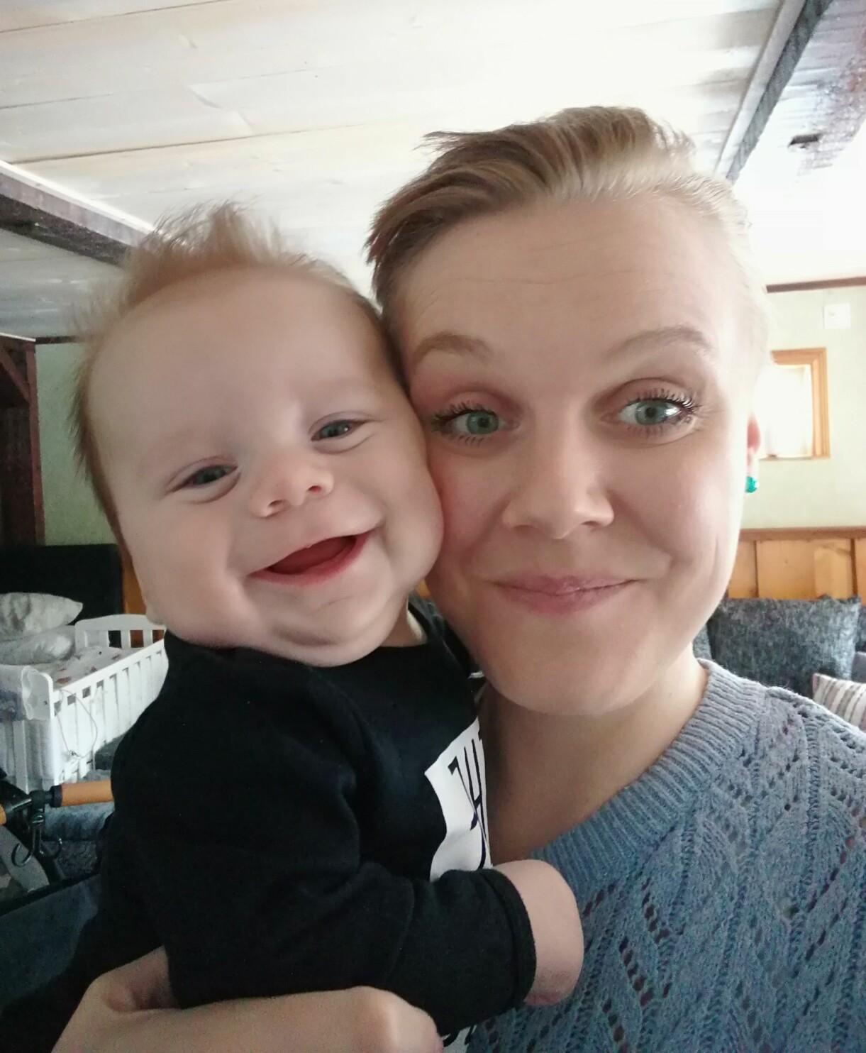 Caroline och Tim Barthelson när Tim är bebis