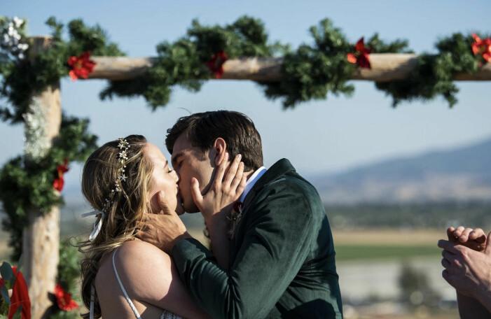 Callie och Joseph kysser varandra.