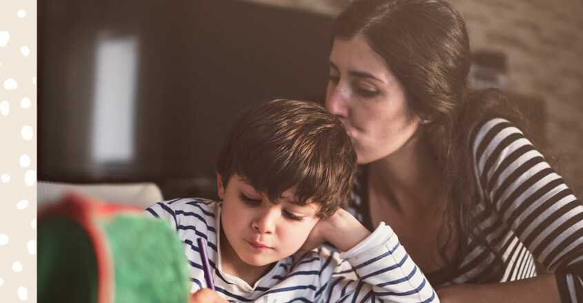 mamma hjälper pojke med läxor