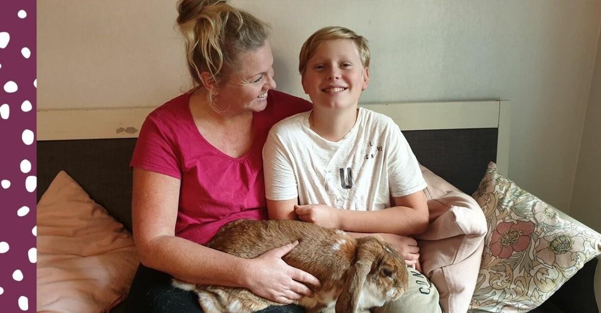 Elisabeth och Dante med sin kanin i knät