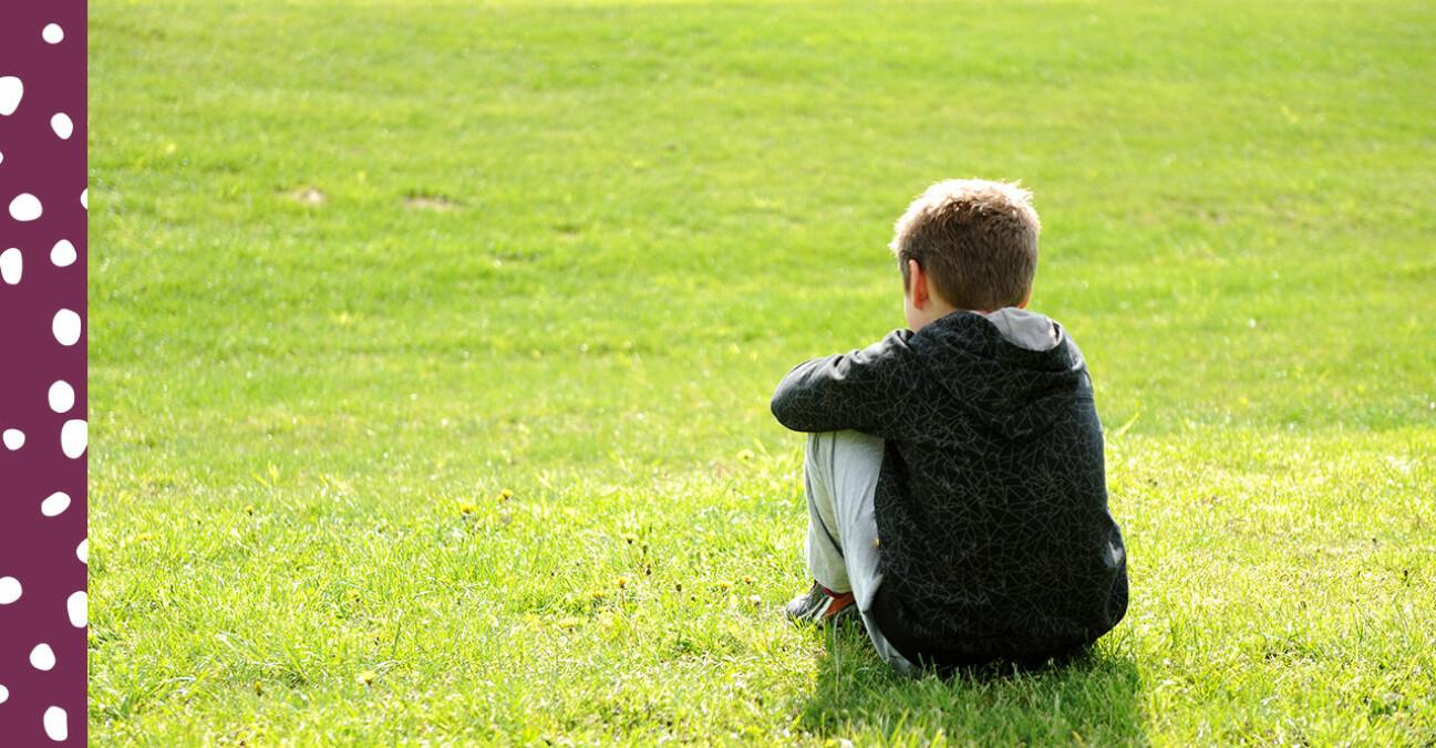 ensam pojke på en gräsplan