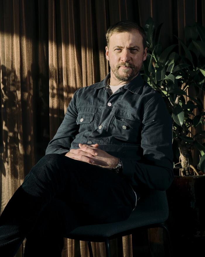 Jerka sitter på en stol och tittar in i kameran