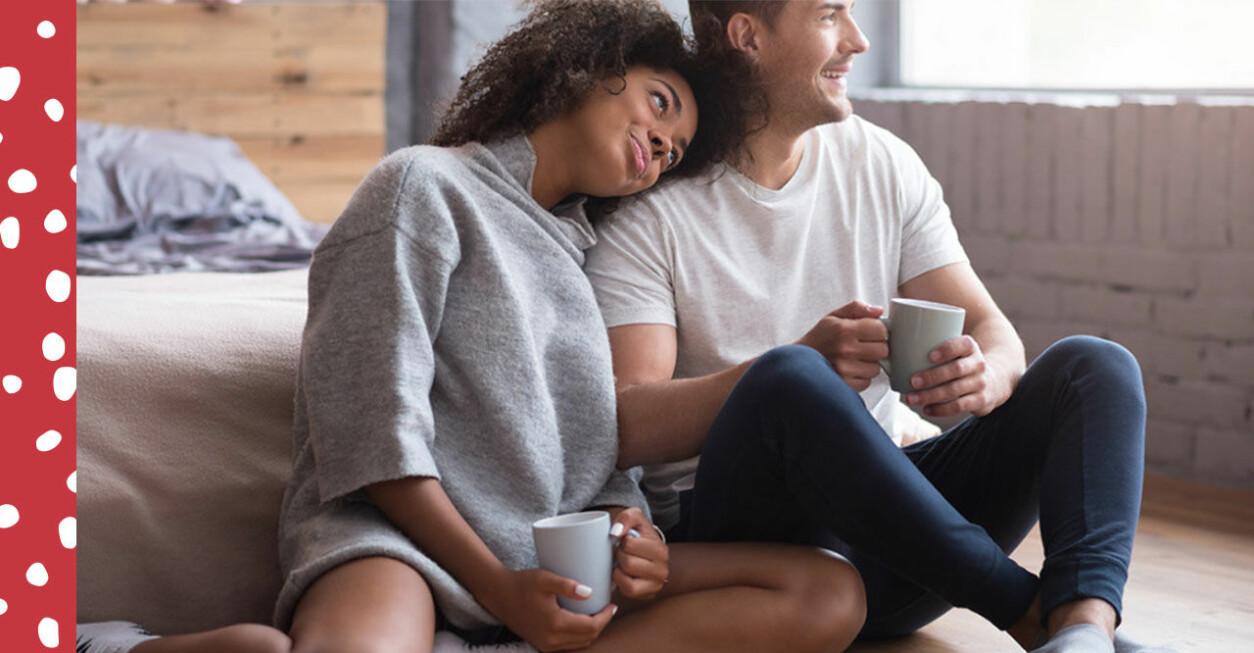 Ett par som umgås och dricker kaffe