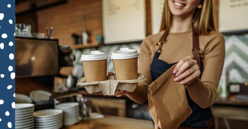 Tonåring som jobbar extra på ett café