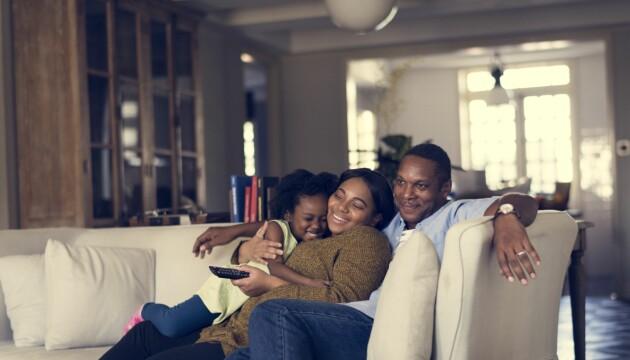 familj som sitter i soffan