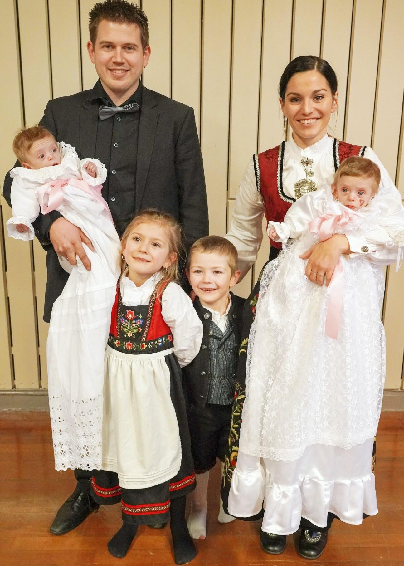 Familj med fyra barn.