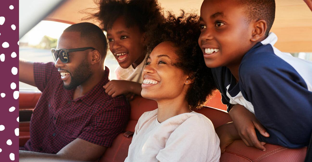 glad familj åker bil