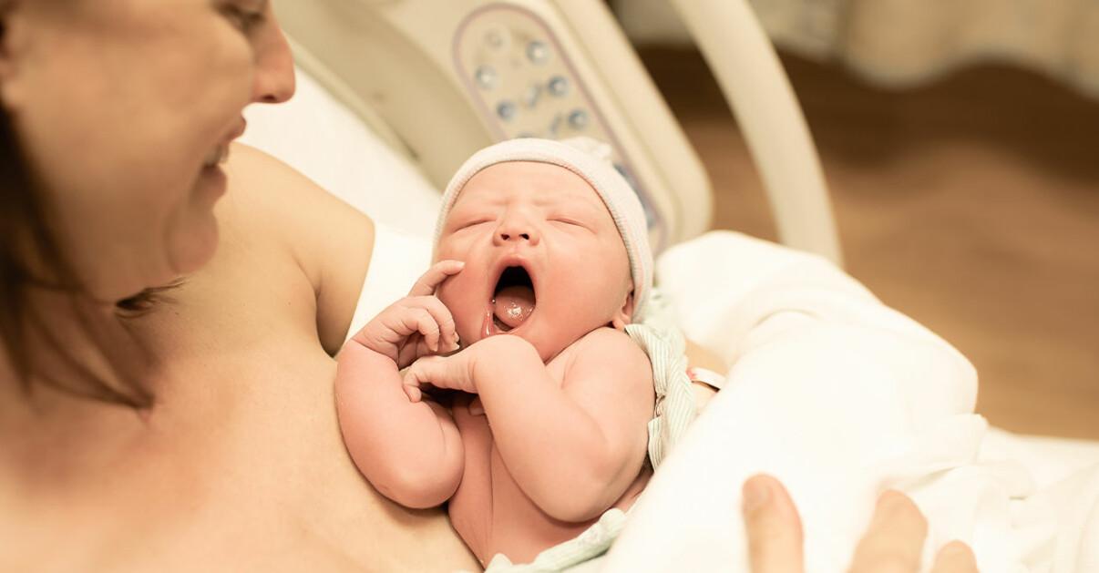 Nyfödd bebis som går igenom olika stadier