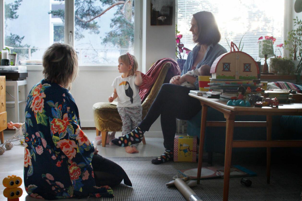 Filippa Risbecker med sina barn och doulan Tove Lundlycke.