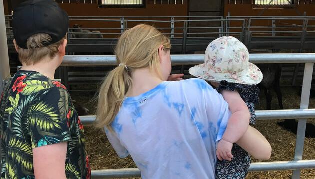 A och hans mamma på bondgård