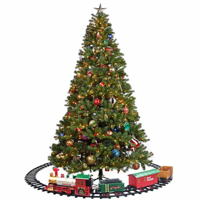 leksakståg som åker under julgranen