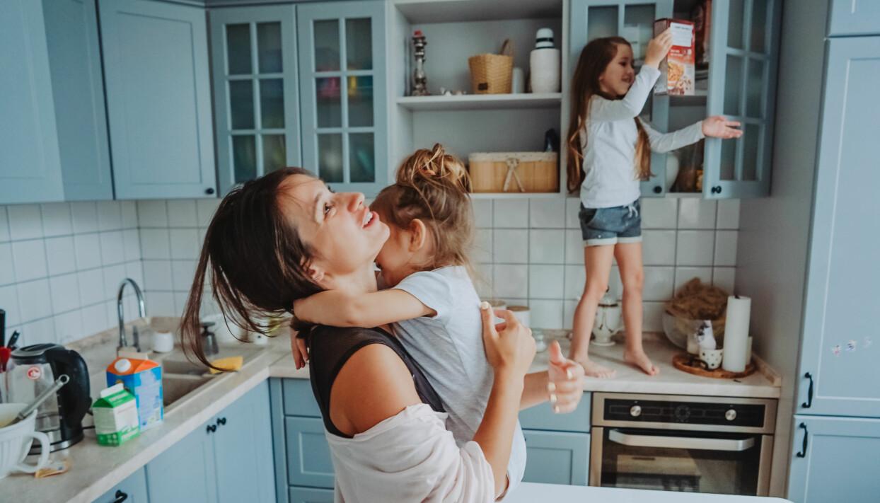 Kaos i köket med barn och mamma