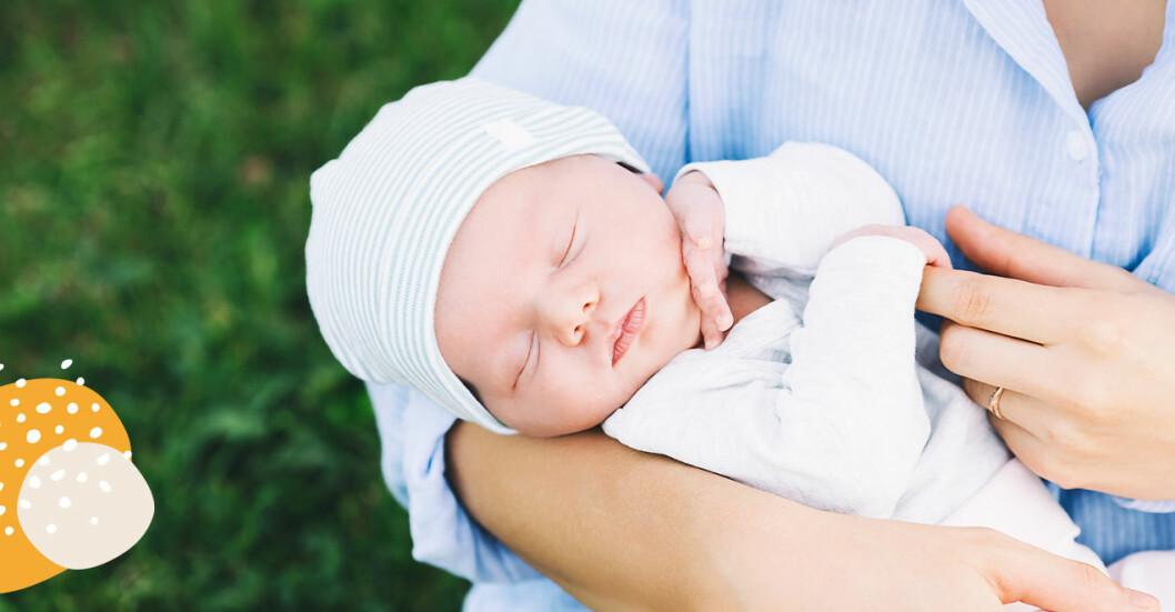 klä nyfödd bebis på sommaren
