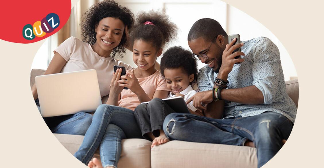 Familj i soffan med skärmar
