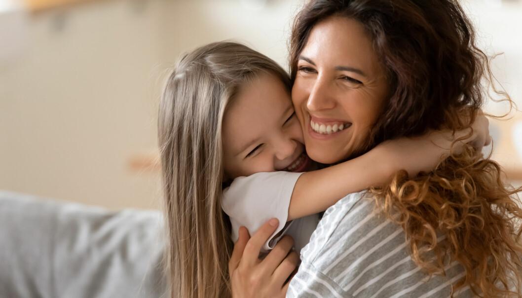 kvinna kramar sin systerdotter