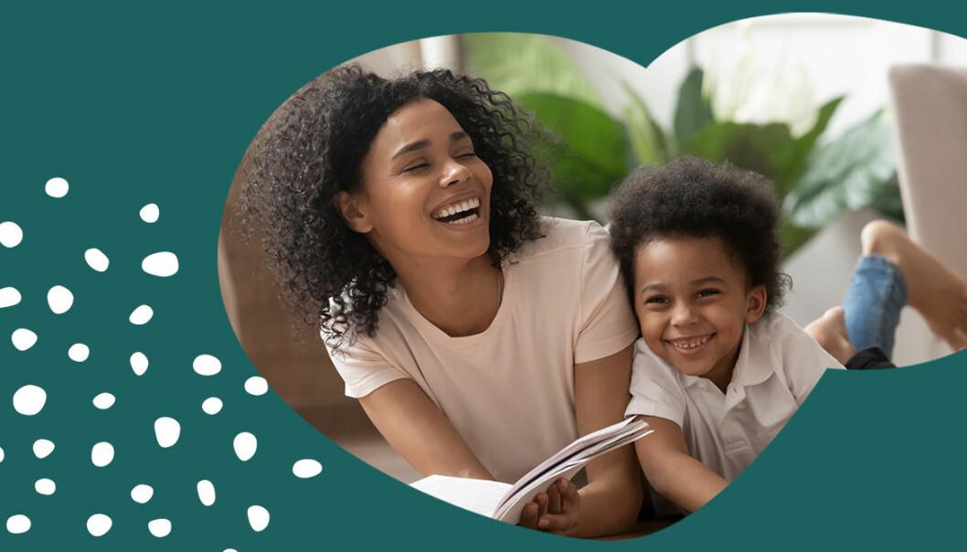 kvinna och systerson läser bok