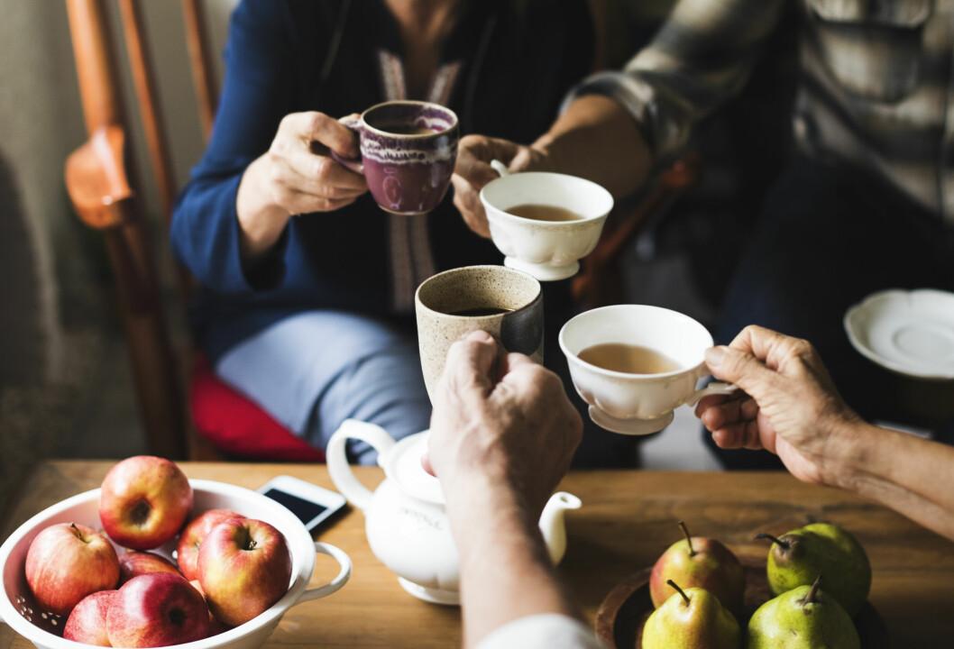 kvinnor som pratar och dricker kaffe