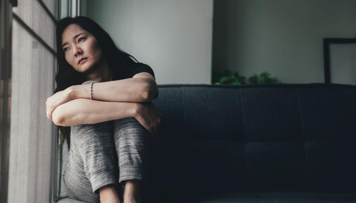 ledsen kvinna i soffa