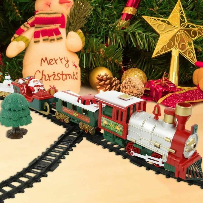 litet julgranståg som åker under granen