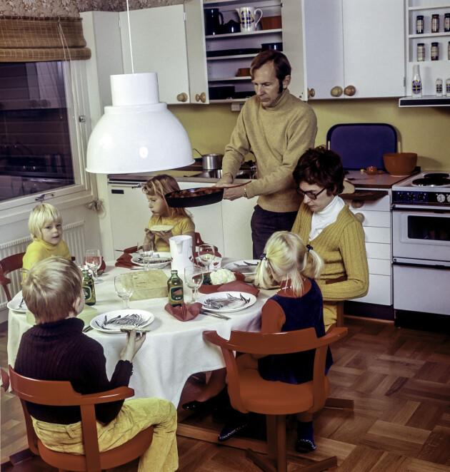 familj som äter middag på 70-talet