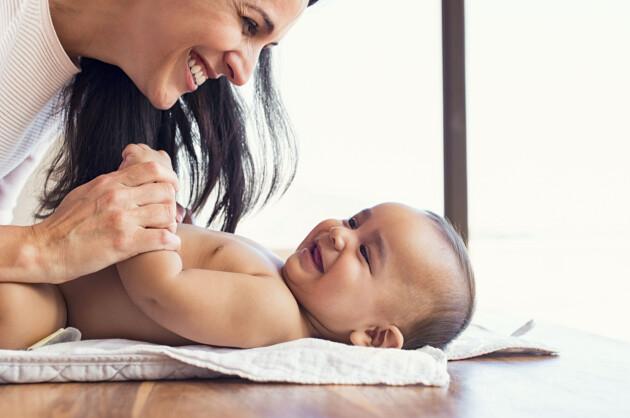 mamma och bebis skrattar