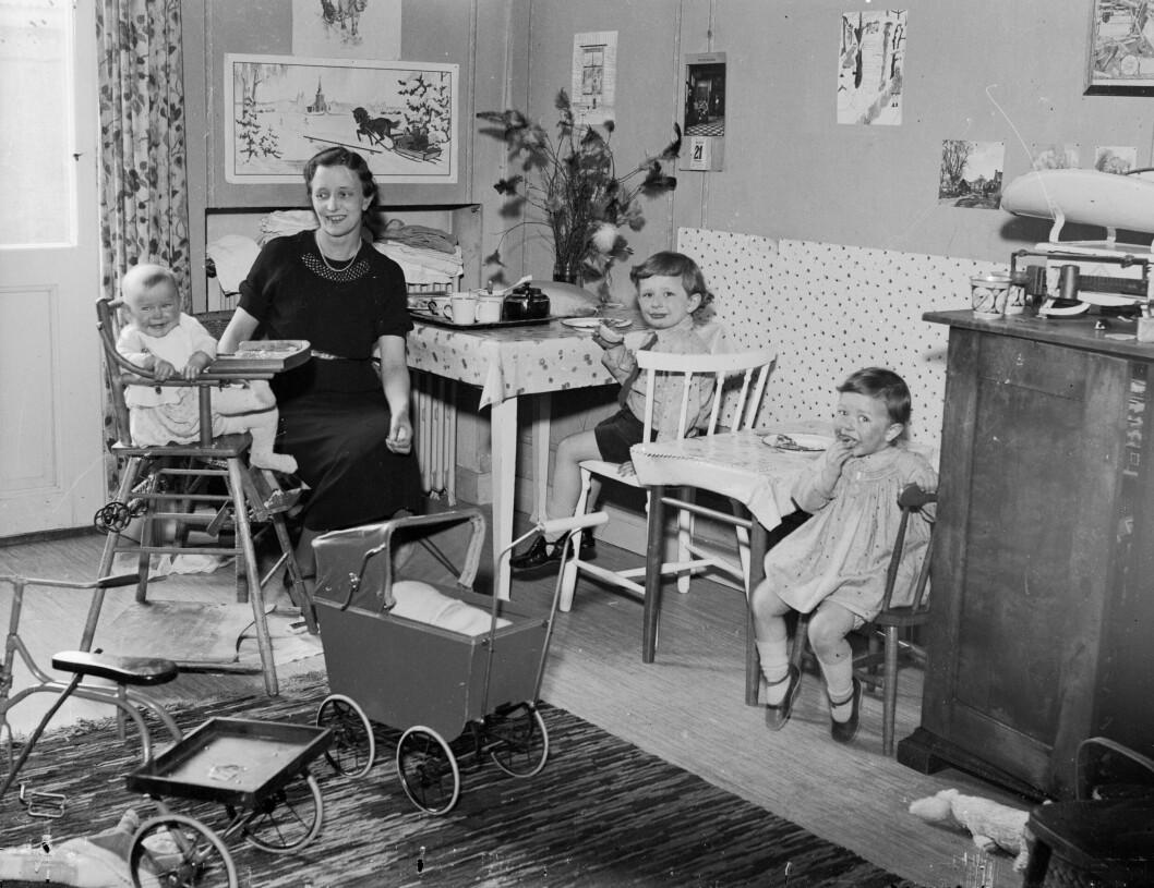 mamma med barn i rum med leksaker på 1930-talet