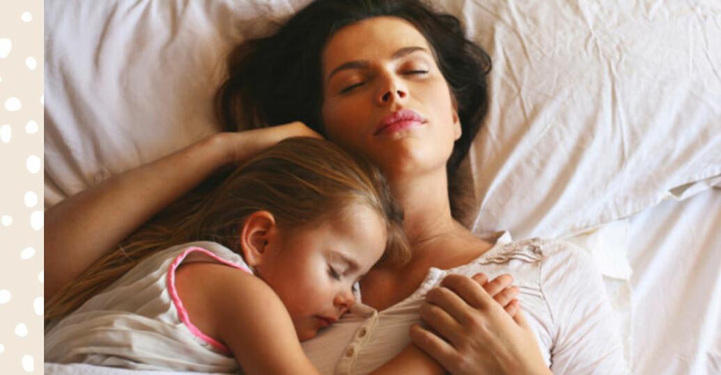 Mamma och dotter myser.