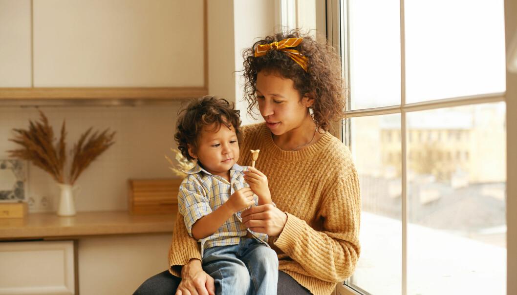mamma som ger socker till barn