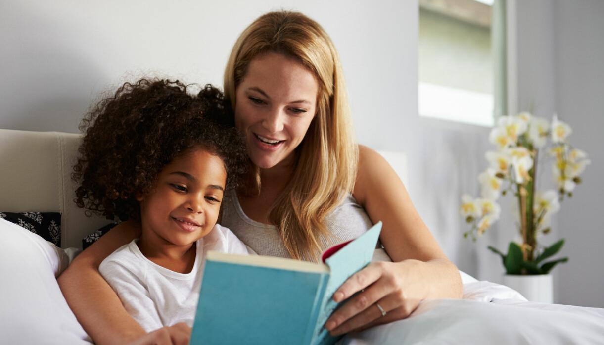 mamma som nattar barn med att läsa bok