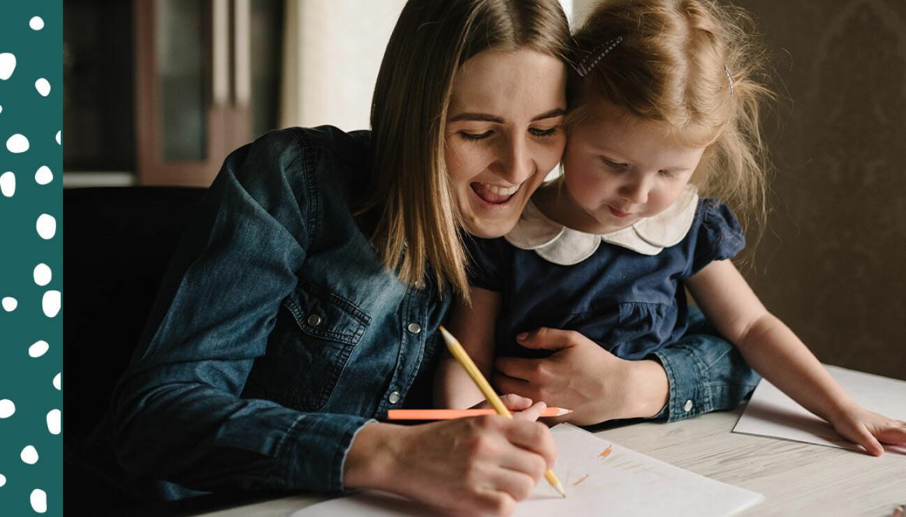 mamma som ritar med barn
