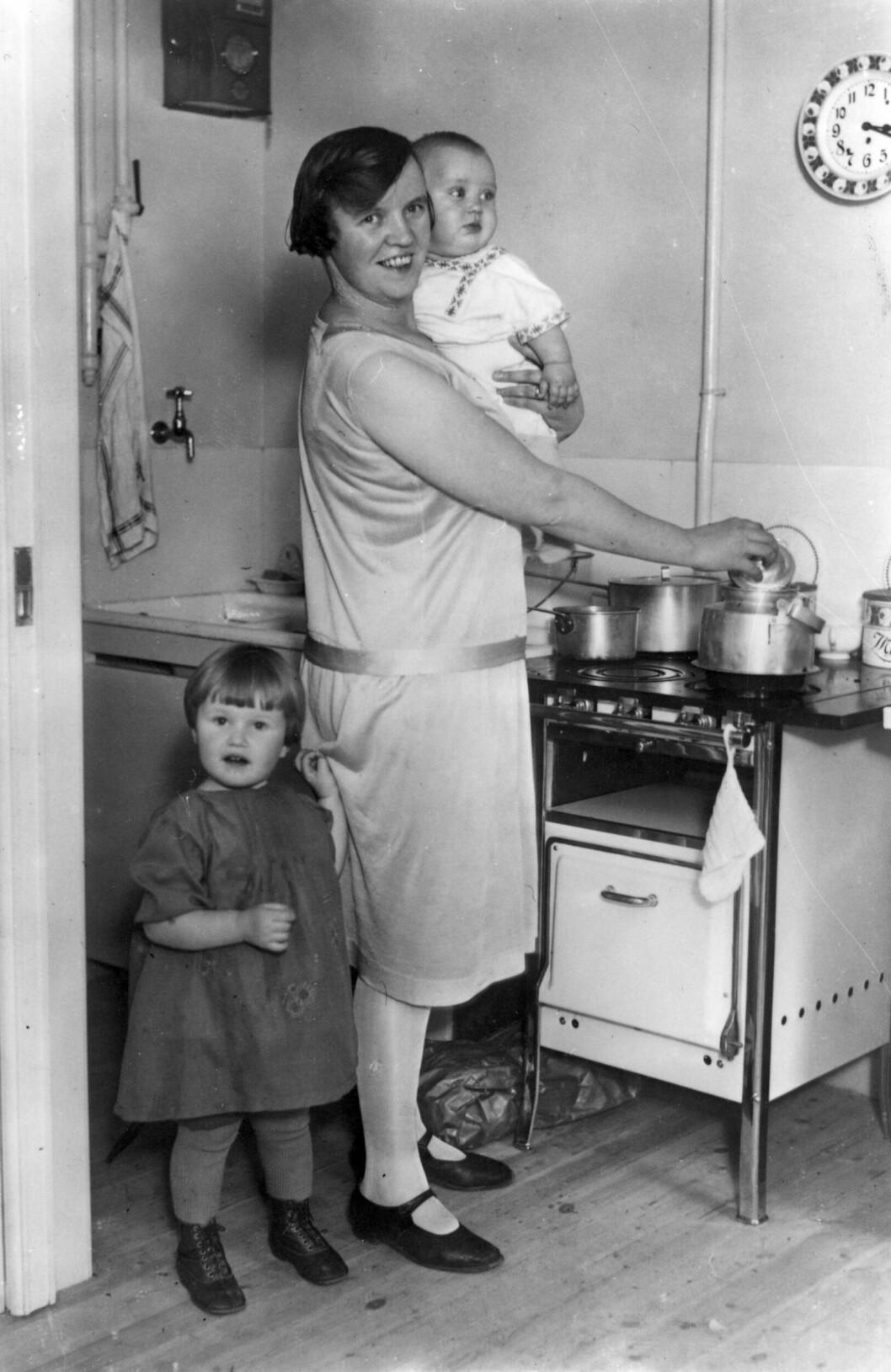 mamma med barn vid spisen