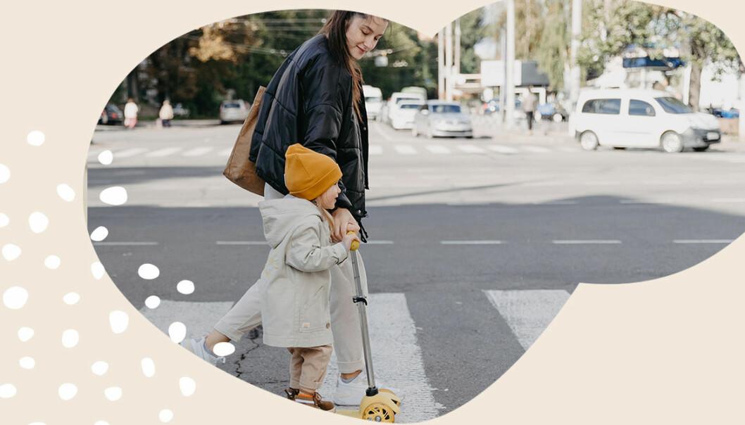 mamma och dotter går över gatan