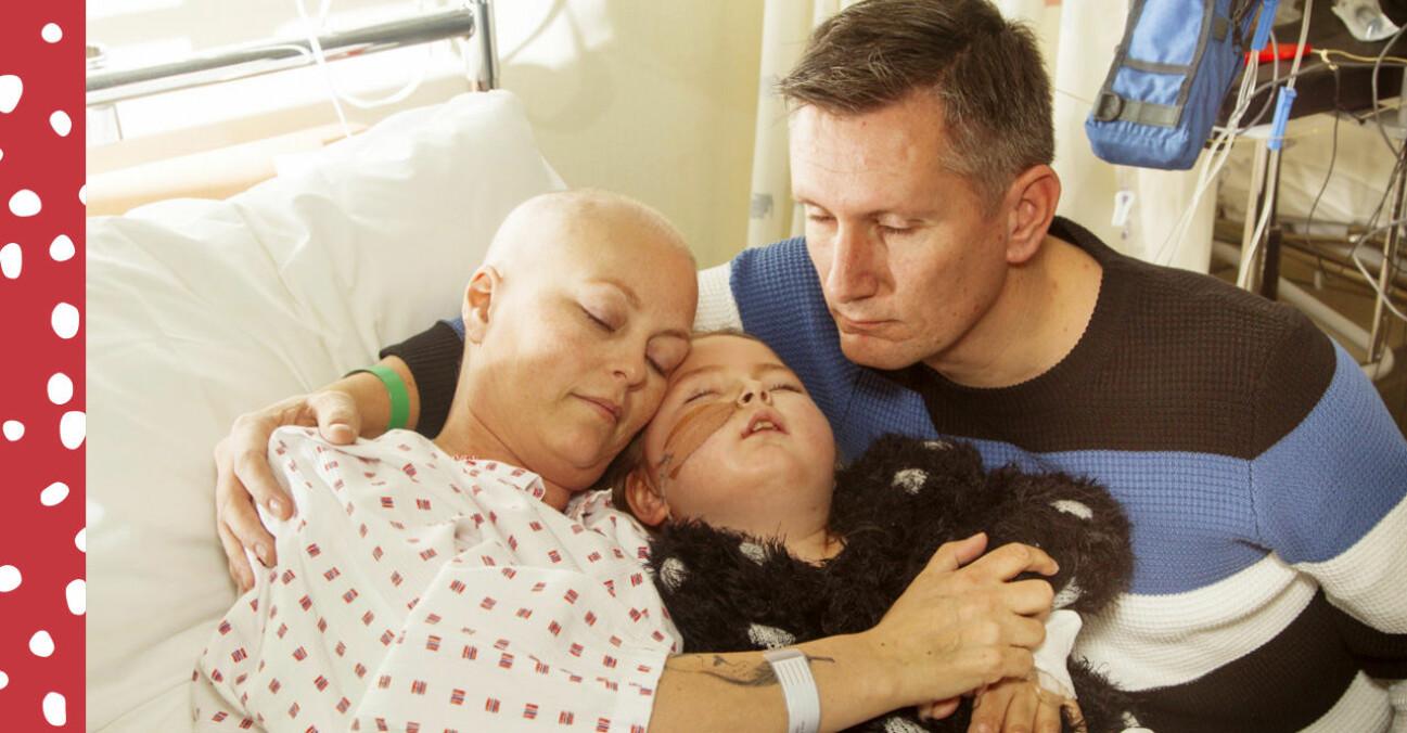 Ove, hustrun Pernille och dottern Anne håller om varandra i en sjukhussäng där Pernille och Anne behandlas för sin respektive cancer.
