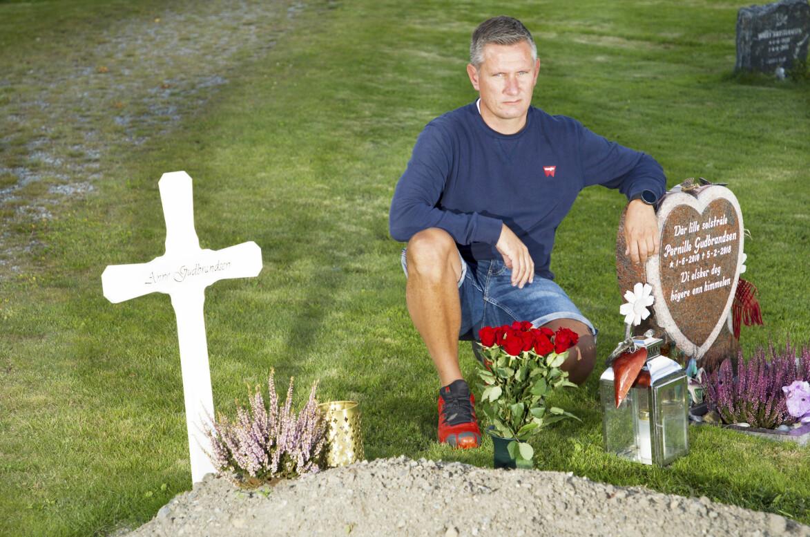Ove sitter på huk vid sin hustrus och sin dotters grav och berättar om hur det var när de blev sjuka i cancer.