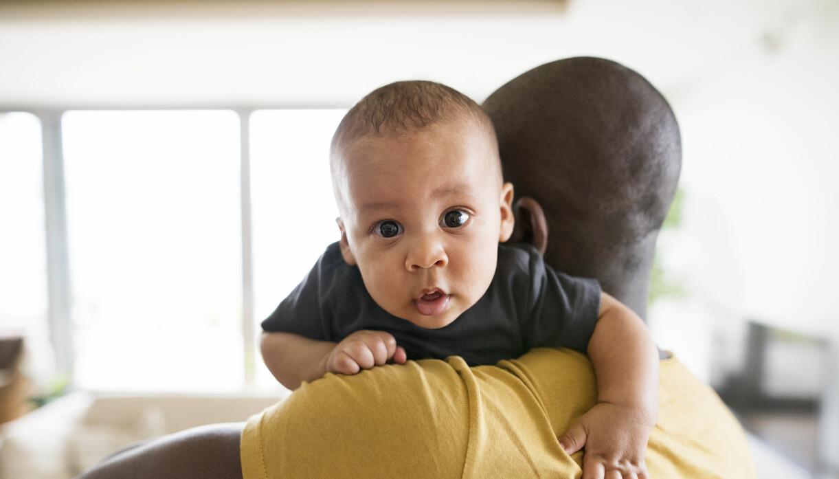 pappa som bär bebis