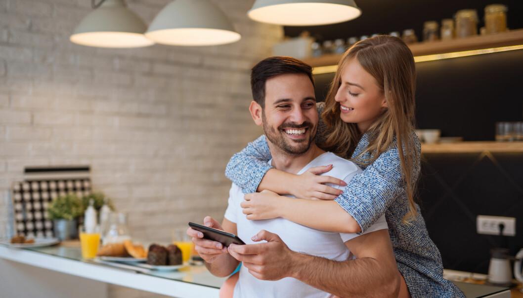 Par som lagar middag hemma på dejt på alla hjärtans dag